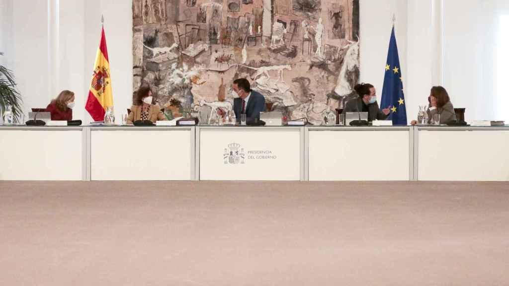 Pedro Sánchez, entre sus vicepresidentes, Nadia Calviño y Carmen Calvo; y Pablo Iglesias y Teresa Ribera.