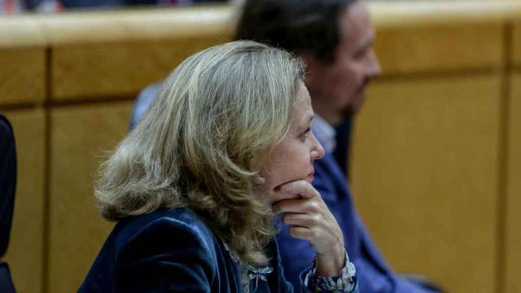 La vicepresidenta tercera, Nadia Calviño, con el vicepresidente segundo, Pablo Iglesias, en el Senado.