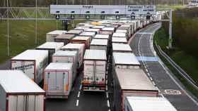 Miles de camiones se acumulan en el Eurotúnel.