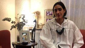 Una de las mellizas, Ana Gamboa, en su confinamiento domiciliario de su casa de Madrid.