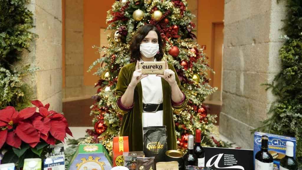 La presidenta de la Comunidad de Madrid, Isabel Díaz Ayuso, apoyando el consumo de productos locales.