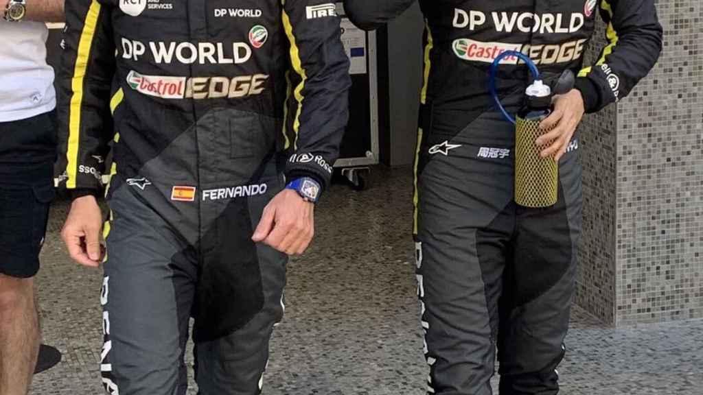 Fernando Alonso junto a Guanyu Zhou