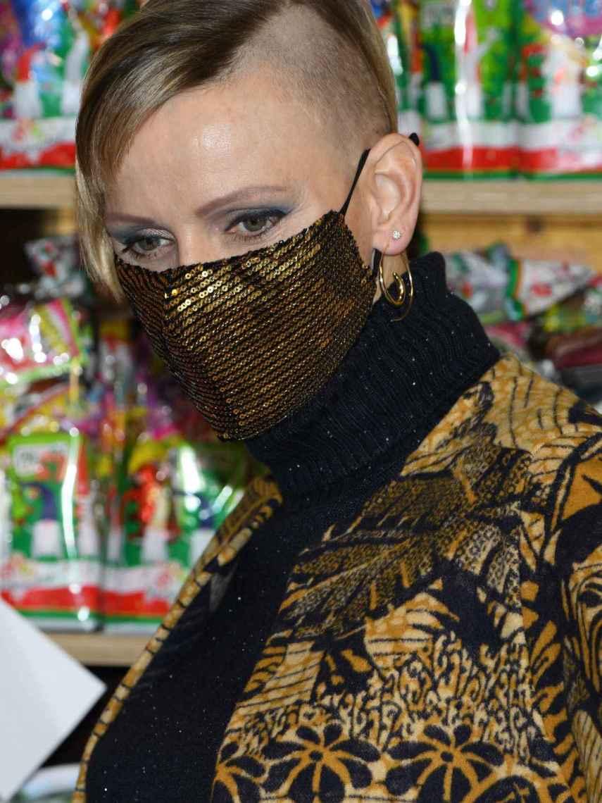 Charlene de Mónaco luce la mitad de la cabeza rapada.