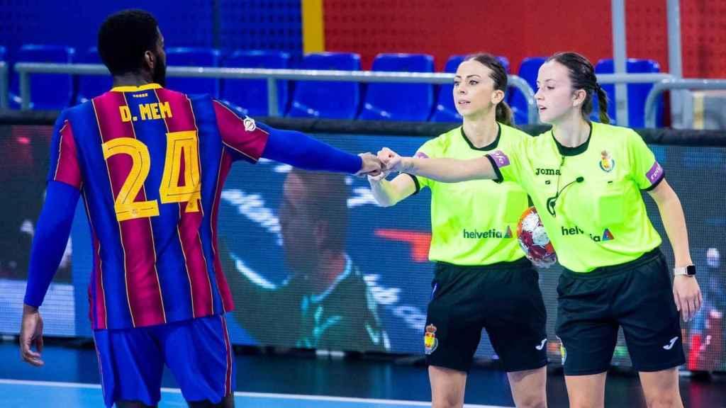 Las colegiadas Tania Rodríguez y Lorena García saludan a un jugador del FC Barcelona