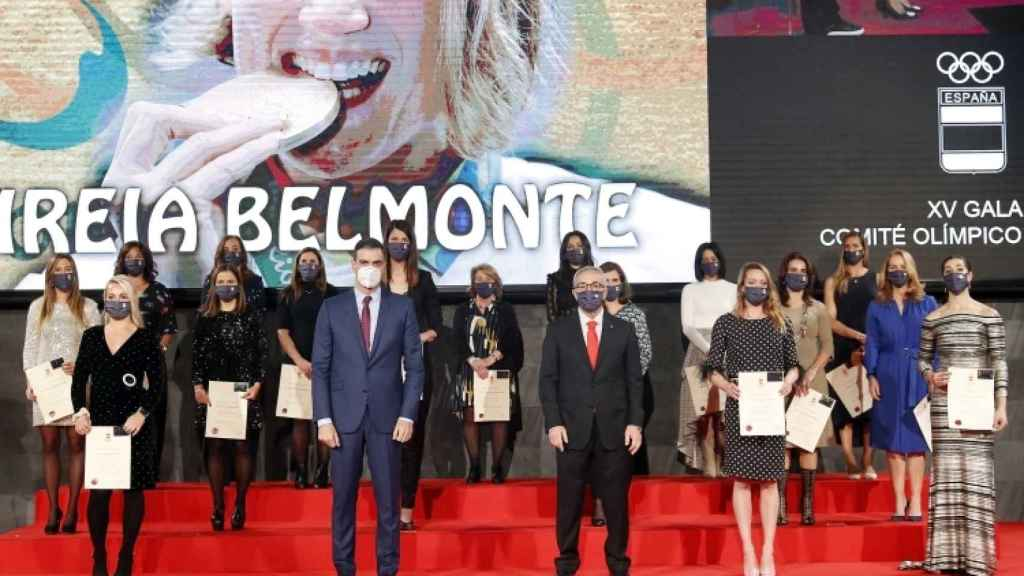 Pedro Sánchez, Alejandro Blanco y las homenajeadas en la Gala del COE
