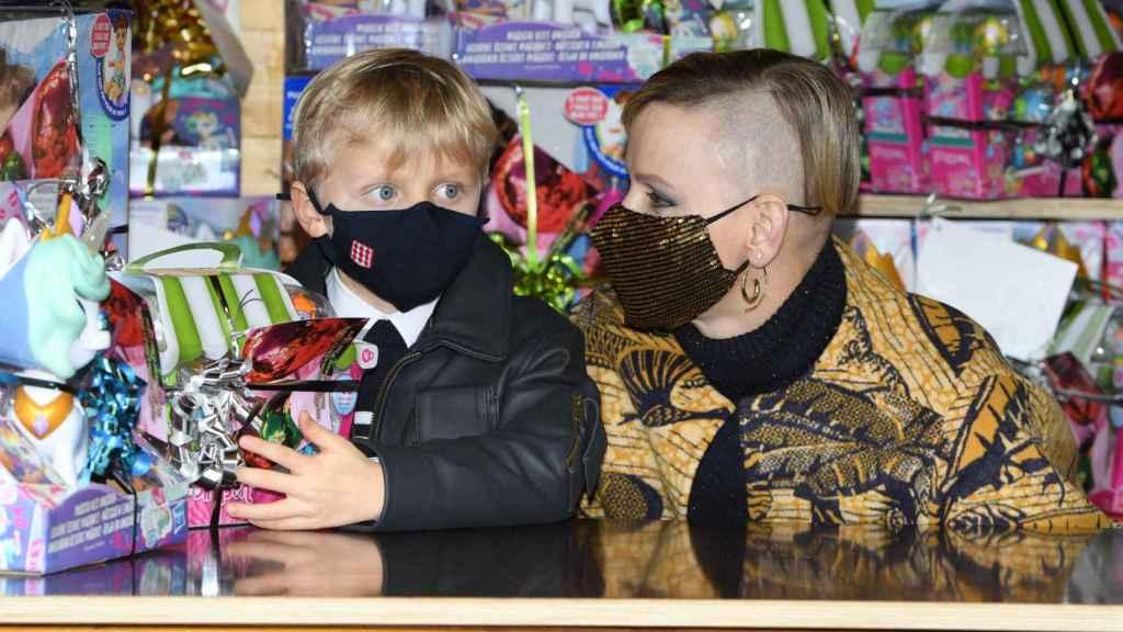 Charlene de Mónaco y su hijo Jacques, durante un evento de navidad del principado.