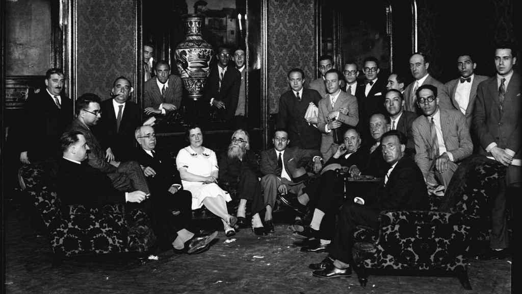 Valle-Inclán y Azaña, en el centro, en una tertulia en el Ateneo de Madrid en 1930.