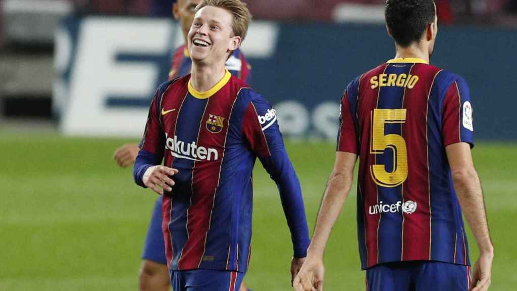 Frenkie de Jong sonríe después de que el VAR concediese su gol