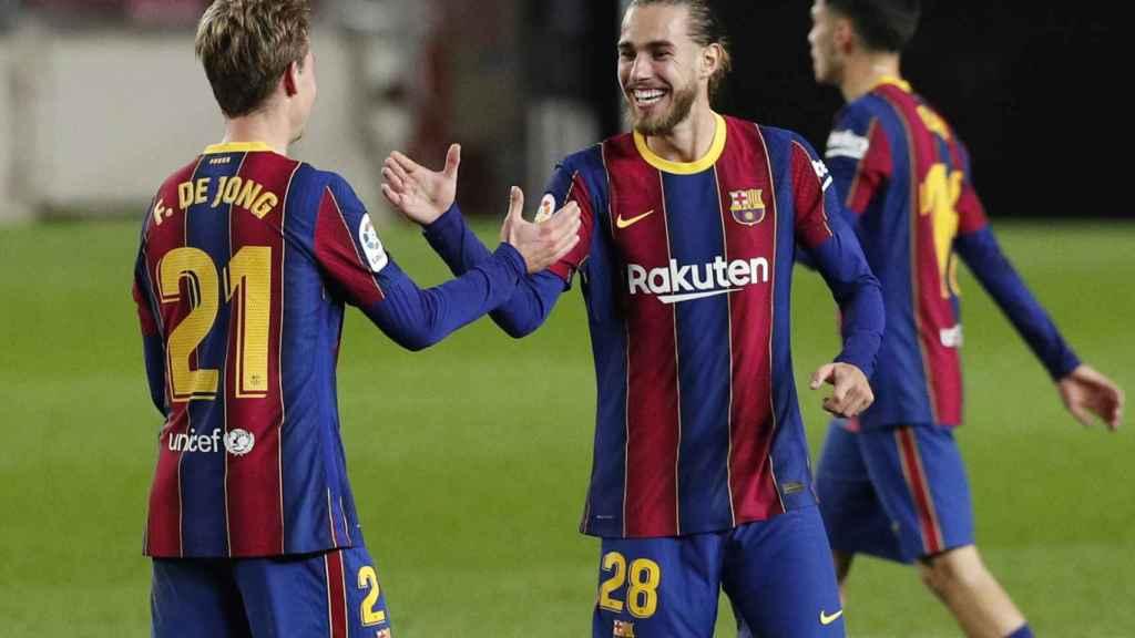 Óscar Mingueza felicita a Frenkie de Jong por su gol en el Barcelona - Real Sociedad de La Liga