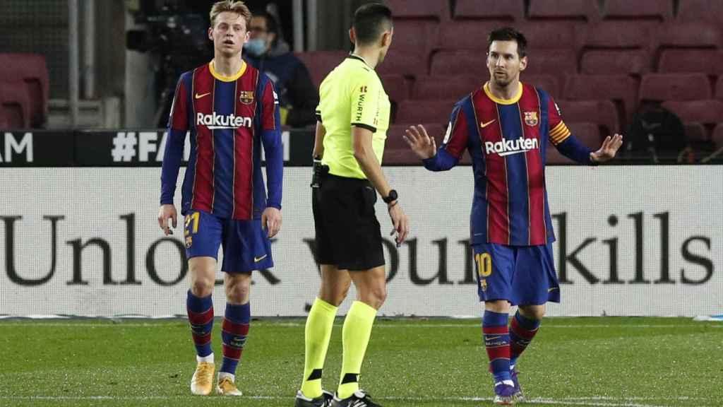 De Jong y Messi ante el árbitro Sánchez Martínez