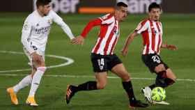 Fede Valverde ante Dani García y Unai Vencedor, en el Real Madrid - Athletic de La Liga