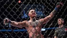 Conr McGregor celebra una victoria en la jaula de la UFC