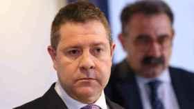 Emiliano García-Page con el consejero de Sanidad, Jesús Fernández, detrás