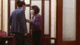 Pablo Iglesias y María Jesús Montero mantienen una conversación en los pasillos del Congreso.