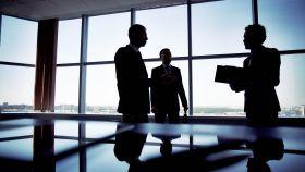 Reunión de trabajo entre ejecutivos.