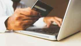 Un usuario a punto de realizar una compra por internet.