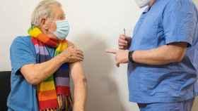El actor Ian McKellen recibiendo la vacuna.