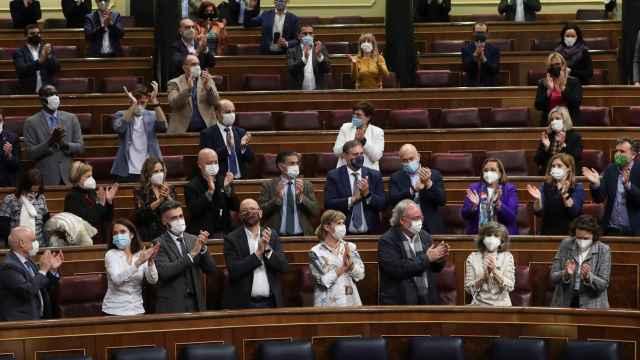 Aplausos de los diputados del PSOE a la diputada Maria Luisa Carcedo, tras la aprobación de la Ley de Eutanasia.
