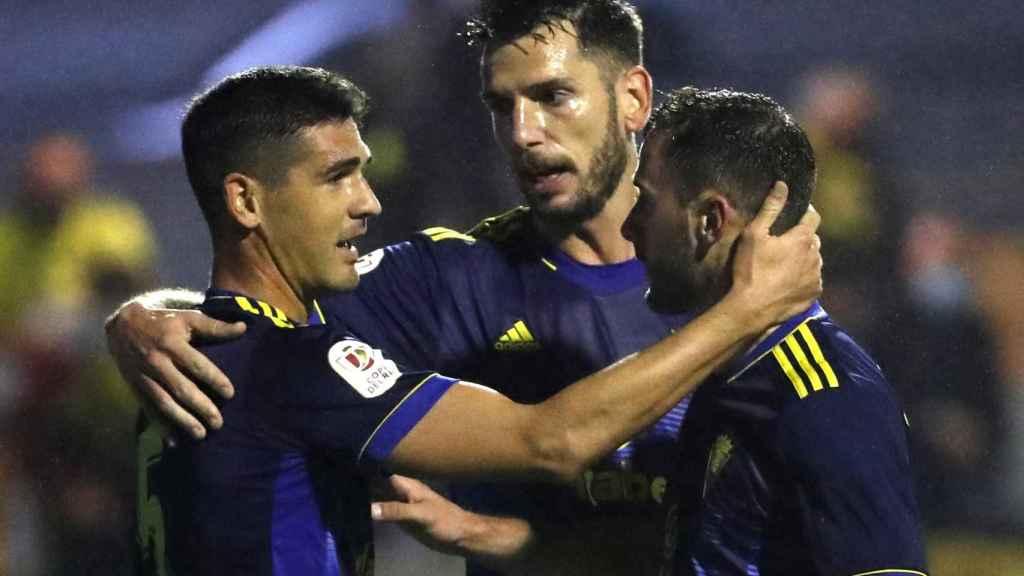 Los jugadores del Cádiz celebran un tanto