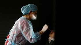 Una persona se hace un test de antígenos.