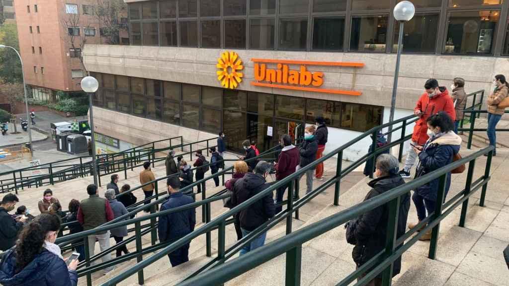 Colas de hasta dos horas para realizarse un test de antígenos en un laboratorio de Madrid.
