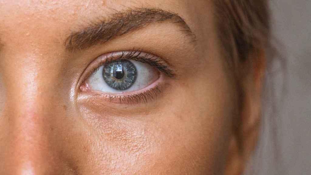 Luce una mirada despierta con este sérum que se posiciona como alternativa a la cirugía