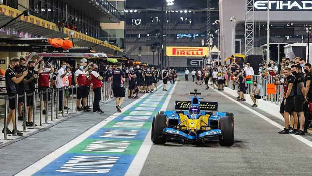 Fernando Alonso con el R25 en Abu Dhabi
