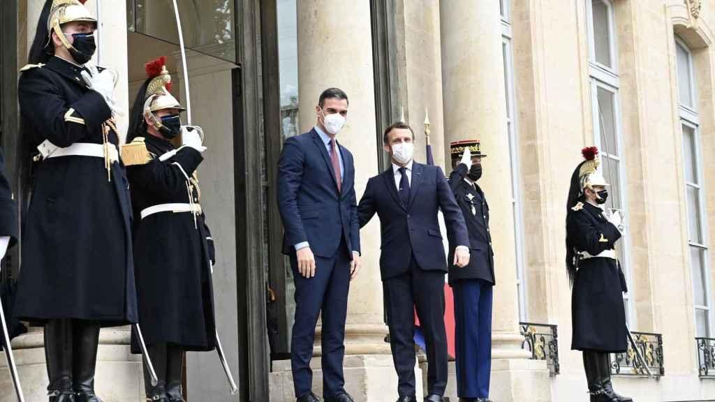 Pedro Sánchez, recibido por Emmanuel Macron en el Palacio del Elíseo, el lunes 13 de diciembre de 2020.