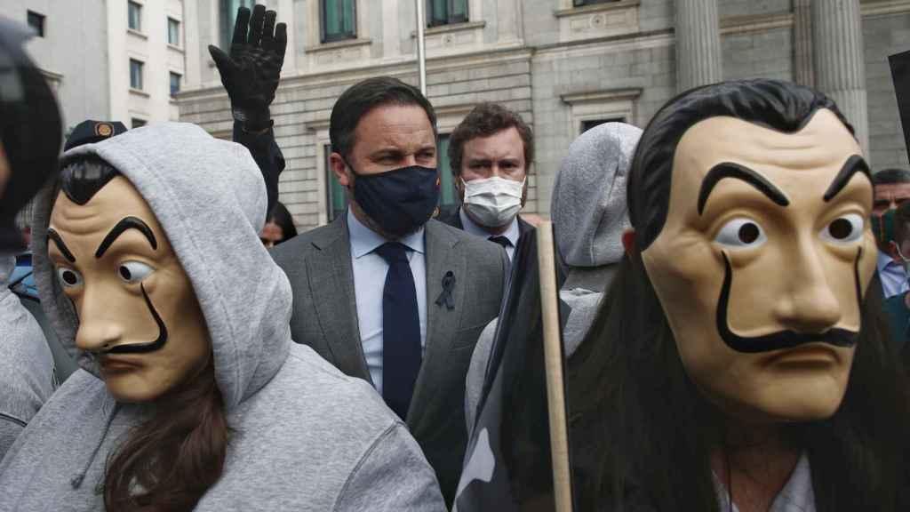 Santiago Abascal e Iván Espinosa de los Monteros se unen a Vividores para manifestarse frente al Congreso en contra de la ley de la eutanasia.