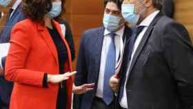 Ayuso charla en la Asamblea de Madrid con su consejero de Justicia, Enrique López.