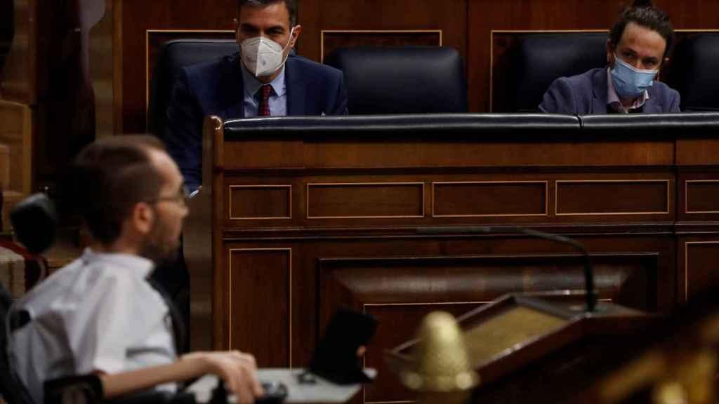 Pedro Sánchez y Pablo Iglesias escuchan una intervención de Pablo Echenique en el Congreso.