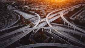 Un nudo de carreteras en una ciudad.
