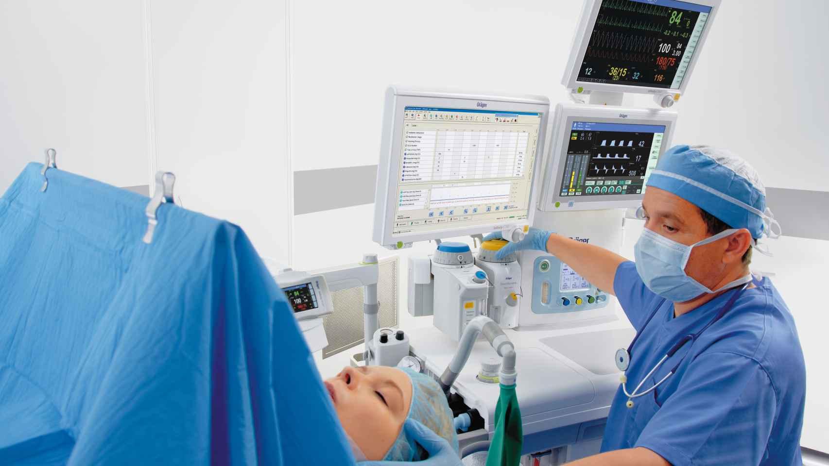 Un médico atendiendo a una paciente.
