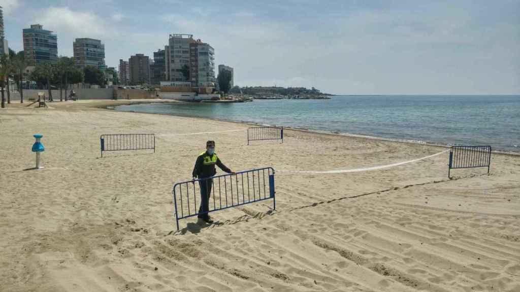 La playa Alicante, cerrada.