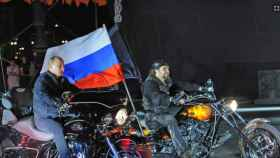 El presidente ruso Vladimir Putin junto al líder de los 'Lobos Nocturnos Alexander Zaldostanov en una imagen de 2011.