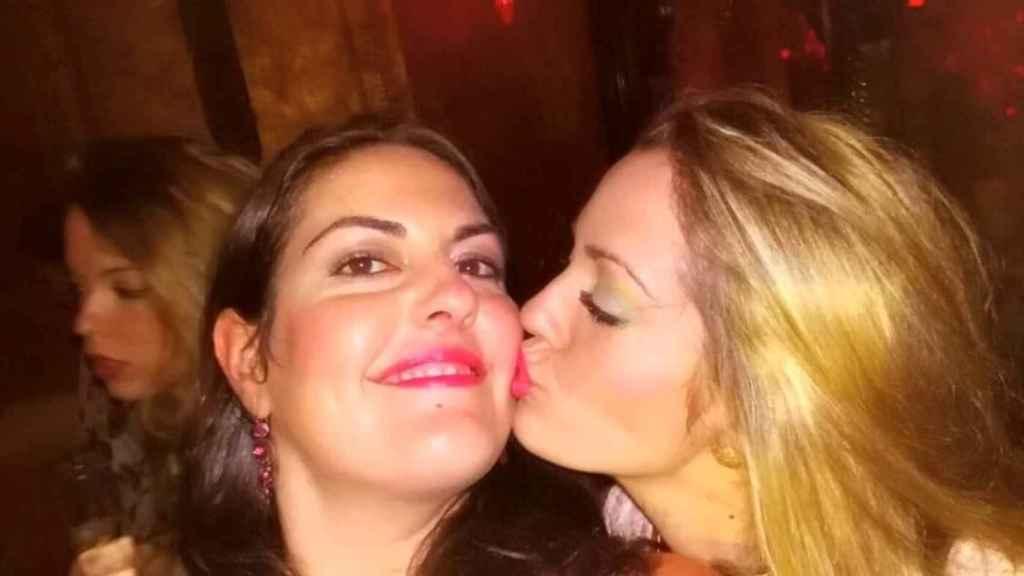 Tamara besa a su hermana Bárbara.