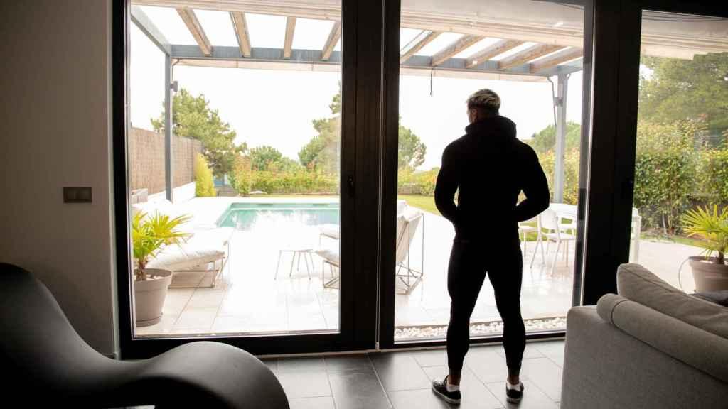 Juan Faro, junto al ventanal de su casa.