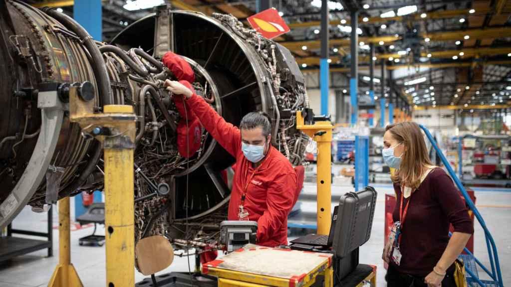 Eylo González, la directora del Taller de Motores de Iberia, habla con un operario.