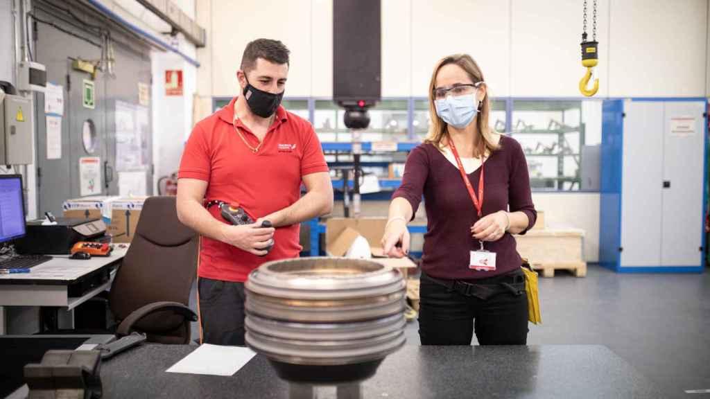 Eylo González, en el taller de Motores de Iberia, en una de las máquinas de precisión.