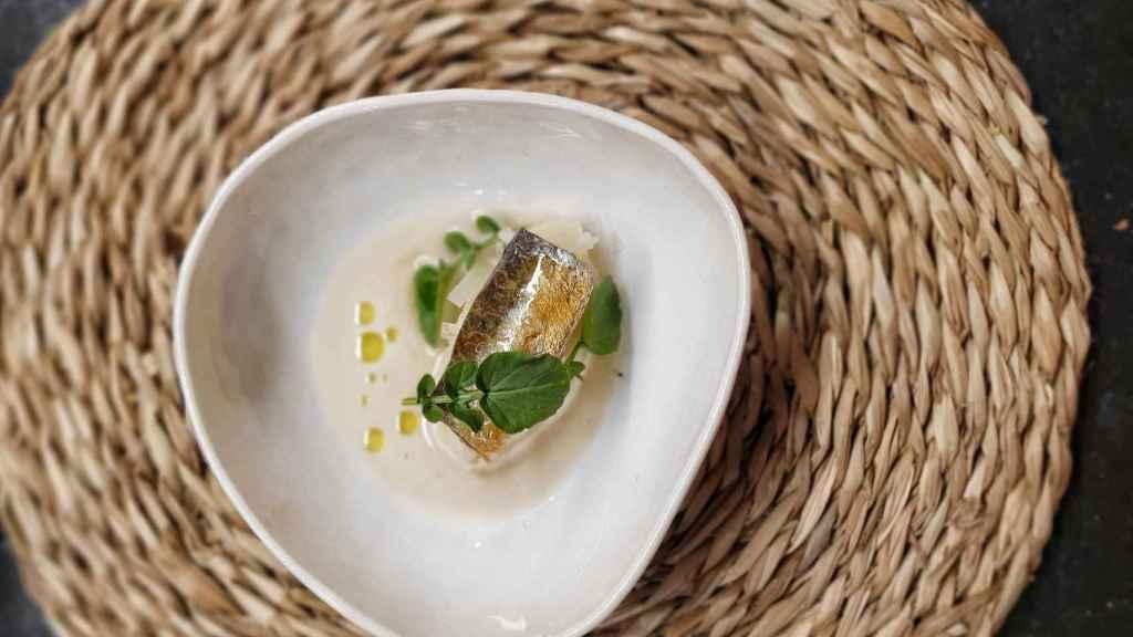 Sardina fermentada, patata chafada y jugo de sardina