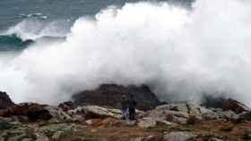 Olas de gran tamaño  en la playa de Doniños de Ferrol, al noroeste de Coruña.