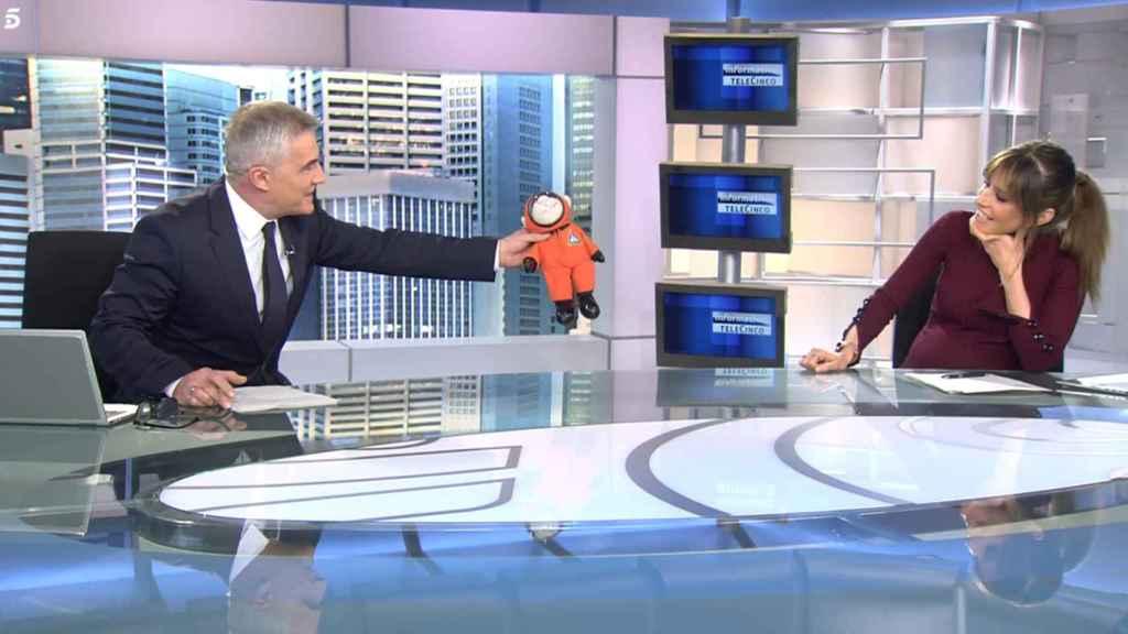 David Cantero le ha regalado a Isabel el primer peluche para su hijo.