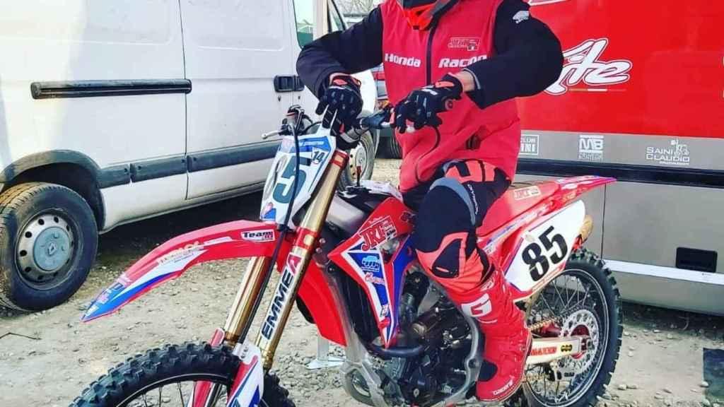 Sebastian Fortini realizando ajustes en su moto