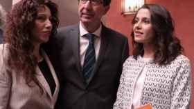 El vicepresidente de la Junta de Andalucía, Juan Marín, junto a Inés Arrimadas y a la consejera de Igualdad, Rocío Ruiz.