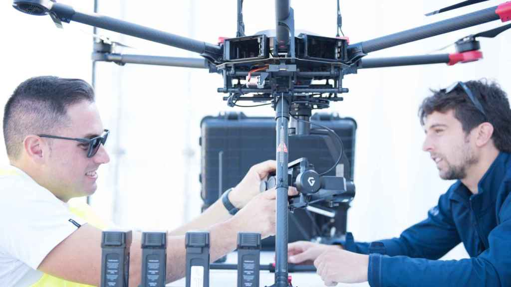 Dos técnicos manipulan un dron.
