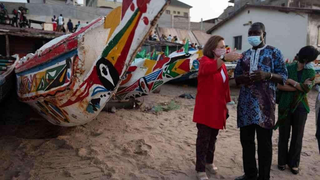 La secretaria de Estado de Asuntos Exteriores, Cristina Gallach, en la playa de Baku (Gambia), de donde salen los cayucos a las costas de Canarias.