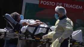 Una mujer es trasladada en una camilla frente al Asa Norte Hospital en Brasilia.