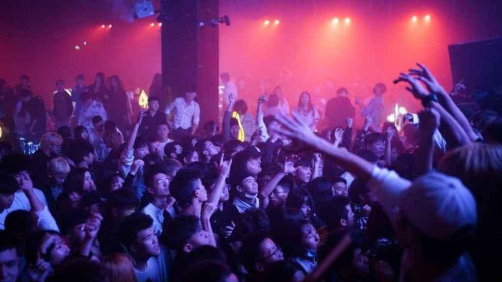 Decenas de personas en una sala de conciertos en Wuhan.