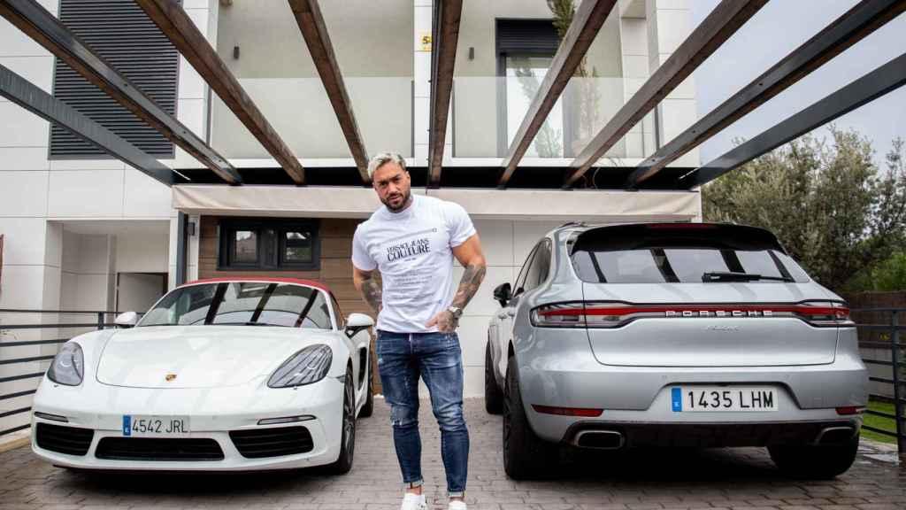 Juan Faro ante sus dos Porsche.
