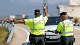 Agentes de la Guardia Civil parando a un conductor.